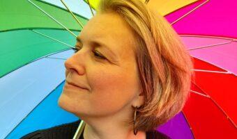 Eva i profil med regnbueparaply