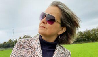 Eva med solbriller og vind i håret