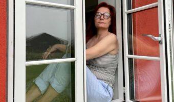 Pernille i et åbent vindue